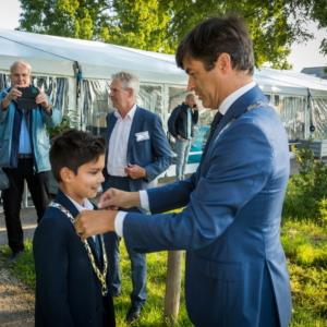 Beëdiging Michael Kortlandt als Kinderburgemeester van de Rotte door Burgemeester Pieter van der Stadt